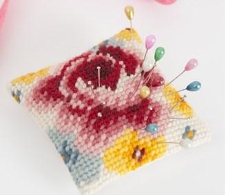 Kirjonta Neulatyyny ruusuilla sarja 8 x 8 cm