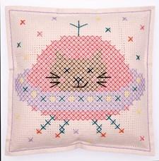 Broderi Kudde i filt med stansade hål Katt i rymden set 42 x 42 cm