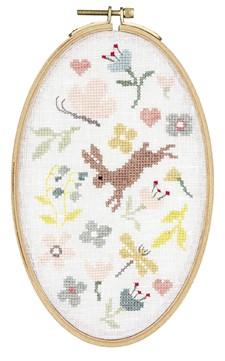 Broderi Hare på ängen i oval sybåge set 13 x 21 cm