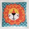 Broderi Kudde i filt med stansade hål Lejon set 42 x 42 cm