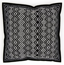 Kirjonta Tyyny huovasta lävistetyillä reiíllä lunnonvalkoinen mustalla sarja 42 x 42 cm
