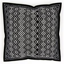 Broderi Kudde i filt med stansade hål Off-white på svart set 42 x 42 cm