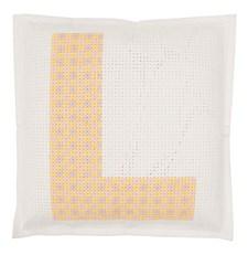 Broderi Kudde i filt med stansade hål Komplett alfabet set 42 x 42 cm